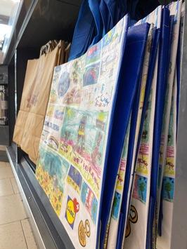 Lidl Schweiz: Einkaufstaschen mit aufgemalten Kinderzeichnungen im Verkauf